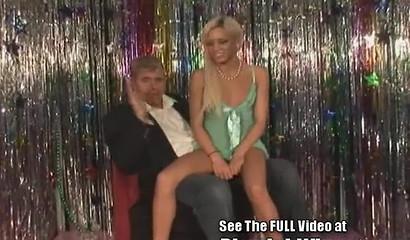 Худышка Kacey Jordan отсасывает на коленях большой член